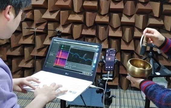 LG's sound engineer collects the audio of a metallic bowl being hit with a stick.